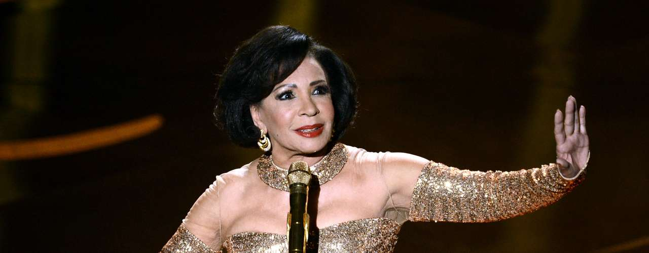 Dame Shirley Bassey interpreta la canción \