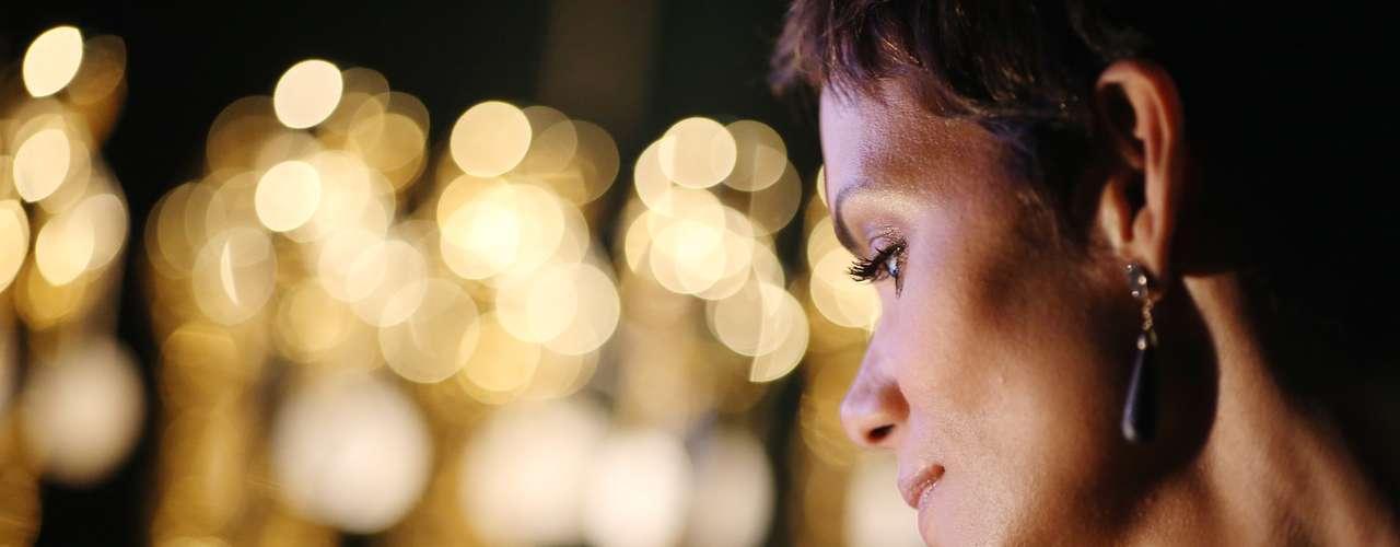 La despampanante Halle Berry tiene una mirada de añoranza ante los premios y detrás de escena se prepara para homenajear los 50 años de la franquicia.