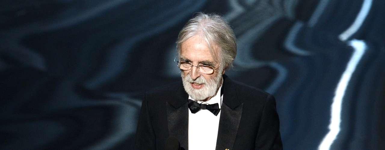 El director austriaco Michael Haneke acepta el Oscar a la Mejor Película Extranjera por \