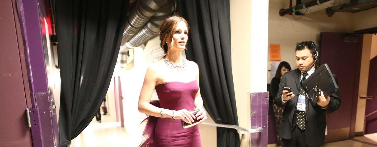 Un derroche de estilo demostró de Jennifer Garner no solo en el escenario, sino fuera de él. Aquí la vemos caminando detrás de cámaras previo a su presentación de un importante premio de la noche, El Oscar a la Mejor Película de Habla no Inglesa.