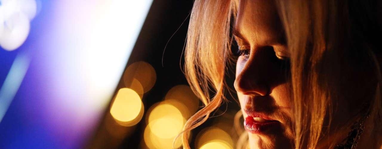El dorado de los premios, un color muy favorecedor para la célebre Nicole Kidman, se refleja sobre su rostro mientras se prepara para su presentación, tras bambalinas.