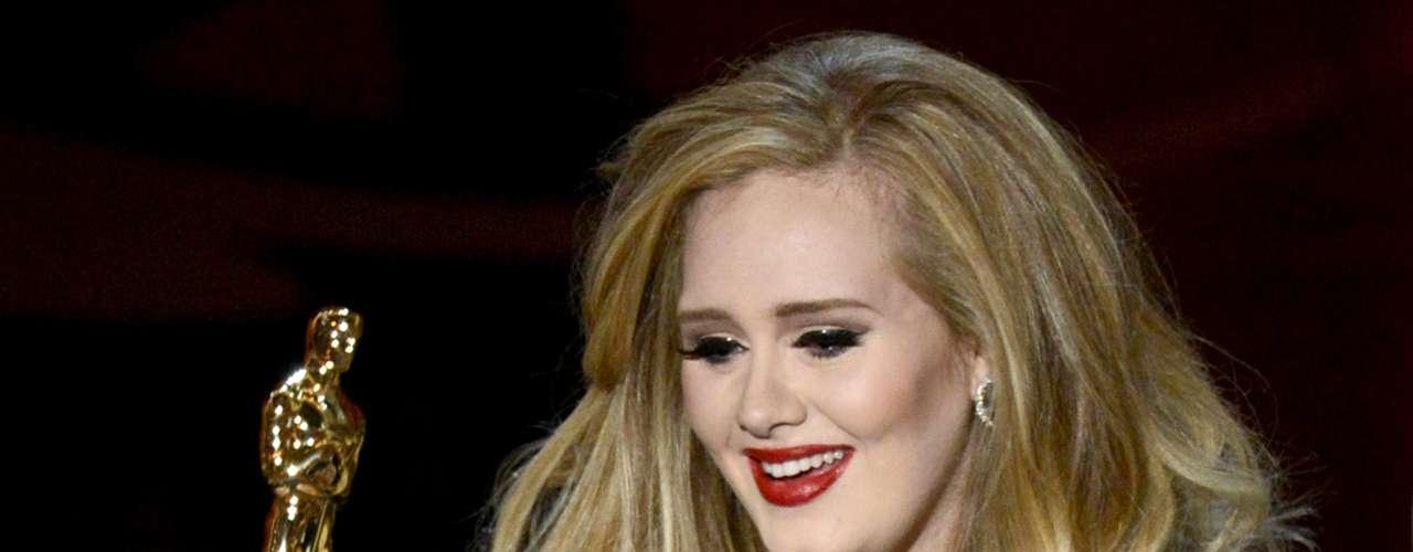 La cantante Adele Adkins acepta el premio a la Mejor Canción Original por 'Skyfall' del film de James Bond 'Skyfall'