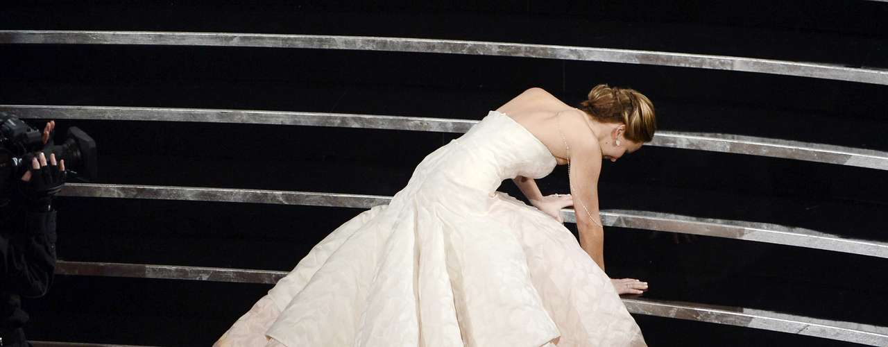 La actriz Jennifer Lawrencefue a dar al suelo mientras iba camino a recibir su Oscar como la Mejor Actriz.
