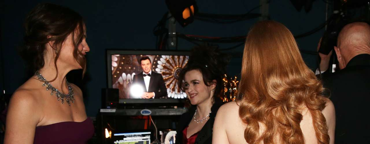 Detrás de cámaras Jennfier Garner, junto a Helena Bonham Carter y Jessica Chastain, conversan animadamente.