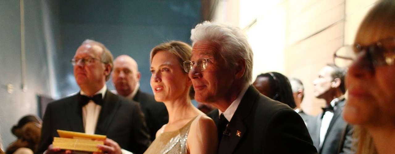 Detrás del escenario Richard Gere y Renée Zellweger observan cuidadosamente los monitores, sin perderse nintún detalle de la entrega de premios.