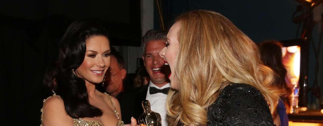 Catherine Zeta-Jones acaricia el primer Oscar Musical obtenido por Adele, gracias a su sublime presentación de la canción 'Skyfall', para James Bond.