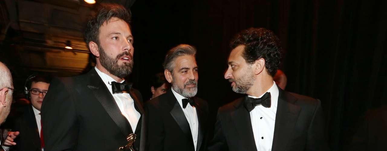 El trío más sensual de la noche conformado por Grant Heslov, George Clooney y Ben Affleck, ostentan su estatuilla de oro detrás de cámaras, luego de obtener el Oscar a Mejor Película.