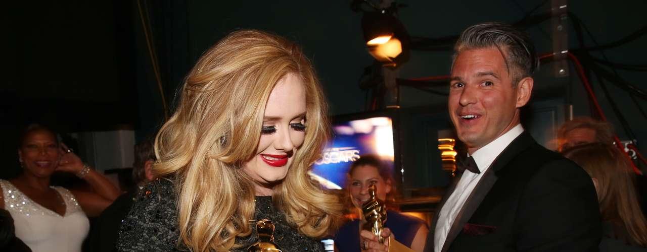 Adele, junto a Paul Epworth, no puede discimular el gozo de su premio.