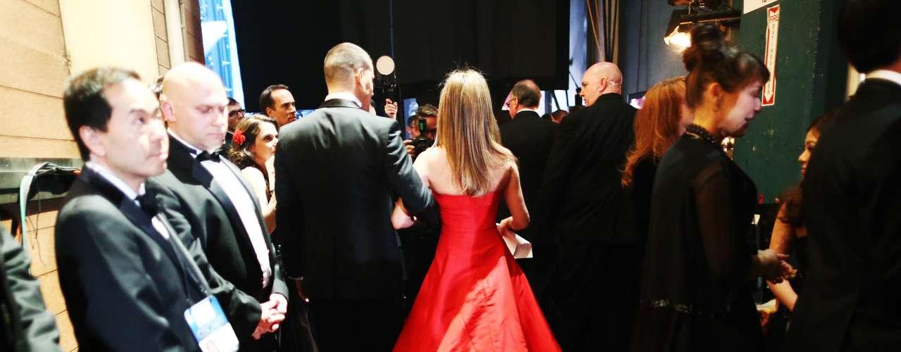 Del brazo de su acompañante, Channing Tatum, Jennifer Aniston se dirige al escenario para salir ante las cámaras.
