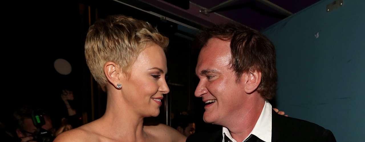 Charlize Theron celebra con un fuerte abrazo el triunfo de Quentin Tarantino, quien obtuvo la estatuilla dorada al mejor guión original, por el film Django.