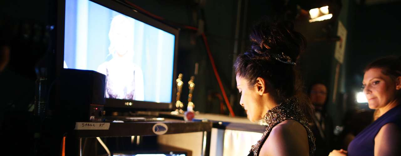 Salma Hayek, desde el backstage, se prepara para su presentación en escena, sin perder ningún detalle de los premios.