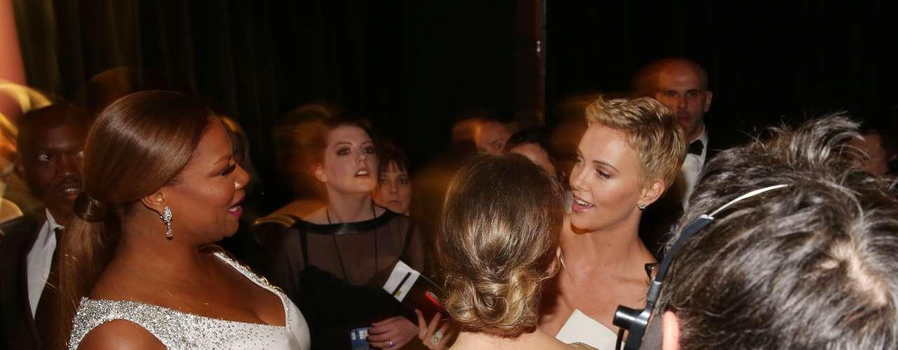 Charlize Theron y Queen Latifah tienen su propia fiesta detrás de cámaras.