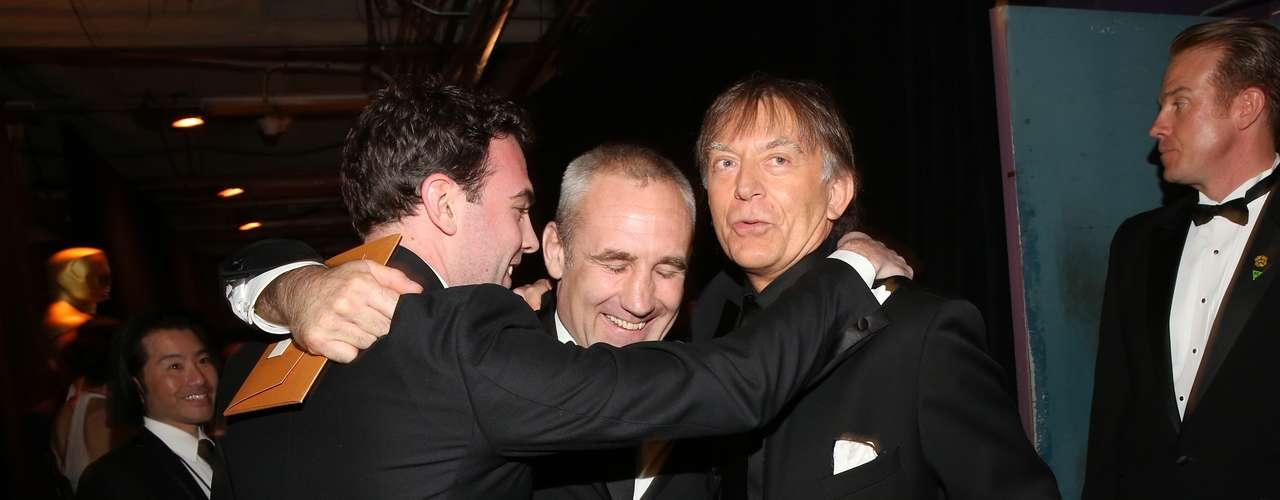 Simon Haye, Andy Nelson y Mark Paterson tras bastidores continúan la celebración de su premio con un fuerte abrazo.