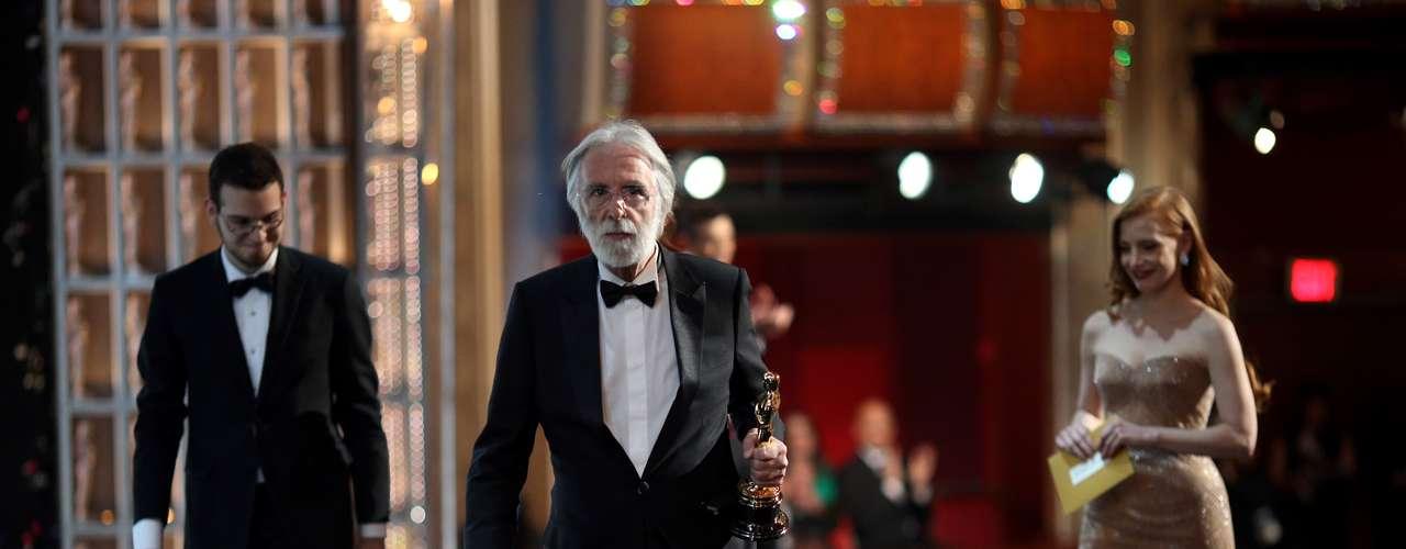 El director Michael Haneke, ganador del Oscar por 'Amour', Mejor Película en Lengua Extranjera y la actriz Jessica Chastain se dirigen detrás del escenario durante los premios Oscar, que tuvieron lugar en el Teatro Dolby.