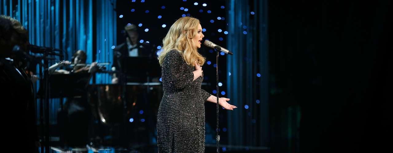 Además de salir victoriosa en la gala, Adele tuvo un regreso alucinante a los escenarios, entonando las notas del tema por el cual obtuvo la preciada estatuilla dorada.