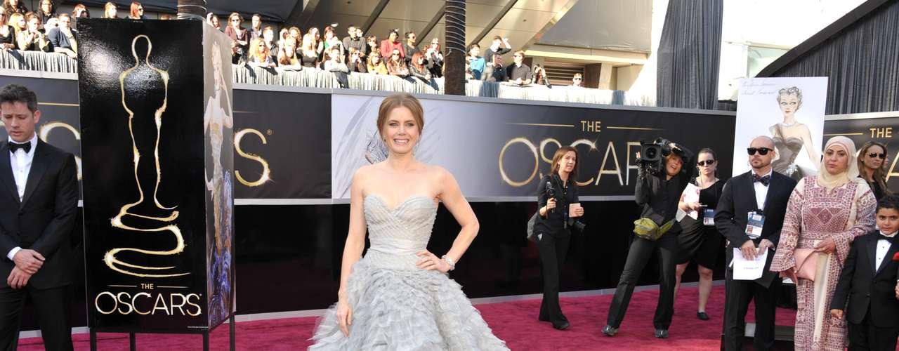Mejor vestidas. Este bello y romántico traje en color gris claro de Amy Adams, dio una grata sorpresa sobre la alfombra roja, ya que este estilo princesa diseñado por Oscar de la Renta resultó ser realmente impactante.