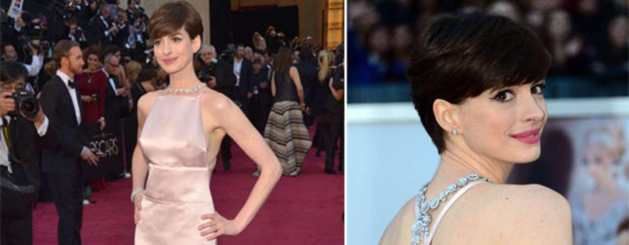 Peor Vestidas. A pesar de que el escote en la espalda se robó la noche, fue el de Anne Hathaway, que lució este diseño de Prada en color rosa claro, también fue la más criticada gracias a la visibilid de sus pezones sobre este traje.