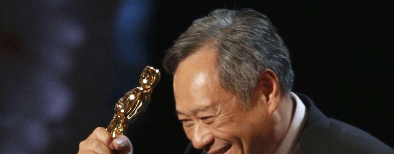 El director Ang Lee recibió con energia el premio comoMejor Director por la pelícuala\