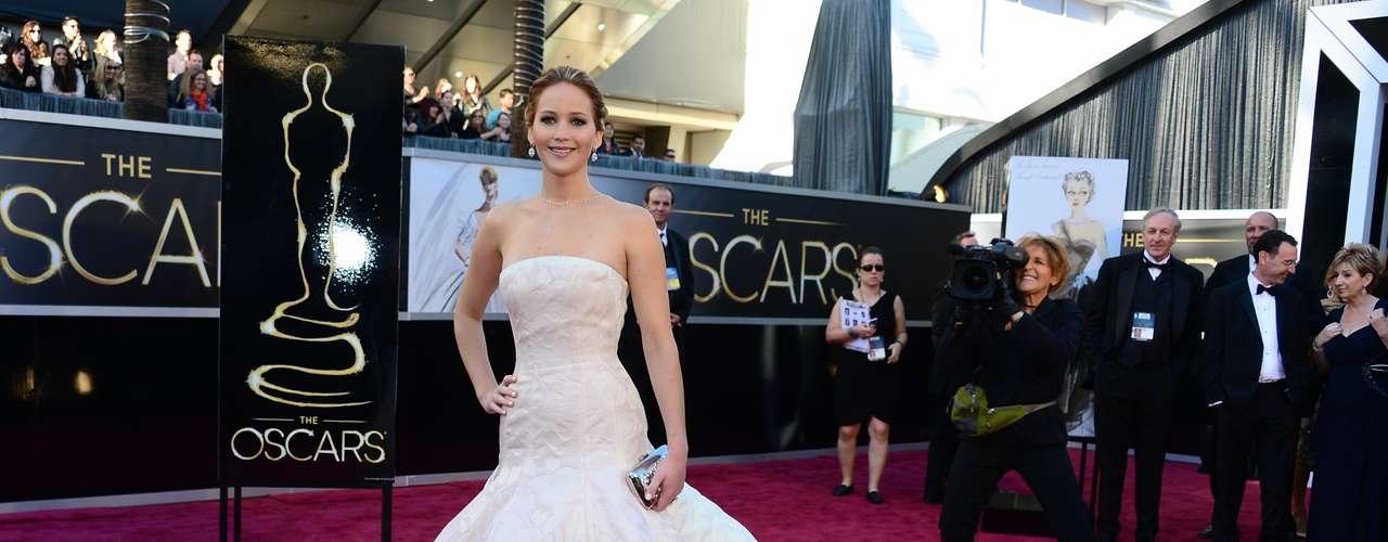 Mejor Vestidas. ¡Simplemente guapísima! Así sorprendió Jennifer Lawrence en un traje rosa pálido diseñado por Dior Haute Couture, un vestido largo, de talle bajo, en tela brocada, con una falda muy amplia. Un estilo glamoroso muy acertado para esta entrega de premios.