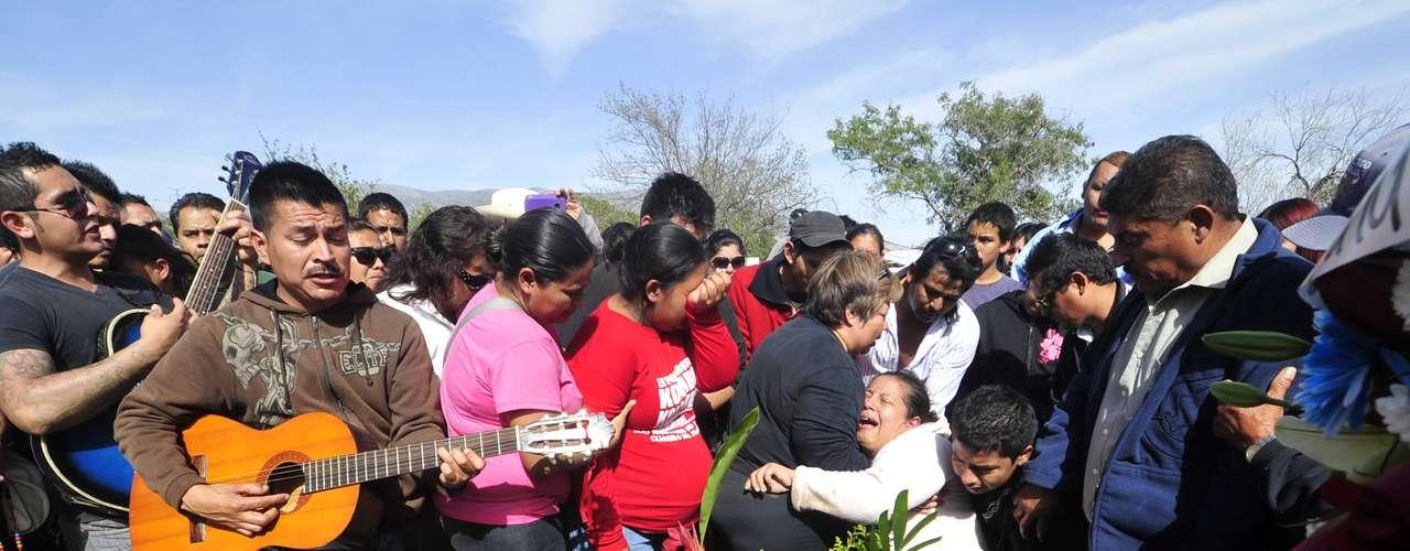 La banda musical había sido contratada para amenizar una fiesta en el municipio de Hidalgo, a 35 kilómetros de la zona metropolitana de la ciudad de Monterrey, la más importante del norte del país. Poco después de la medianoche, cuando la fiesta había terminado, un grupo de hombres armados llegó al lugar y se llevó a los dieciocho integrantes a un rancho localizado en la vecina localidad de Mina.