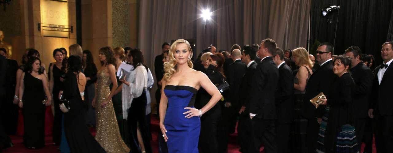 Reese Witherspoon también se apuntó a la moda strapless, en un palabra de honor con cola azul cobalto y negro de Louis Vuitton.