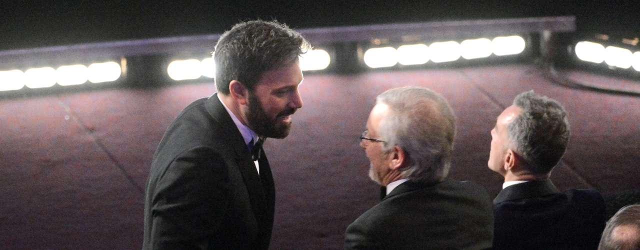 El actor Ben Affleck y el sirector Steven Spielberg aprovecharon la cermonia para intercambiar algunas ideas.