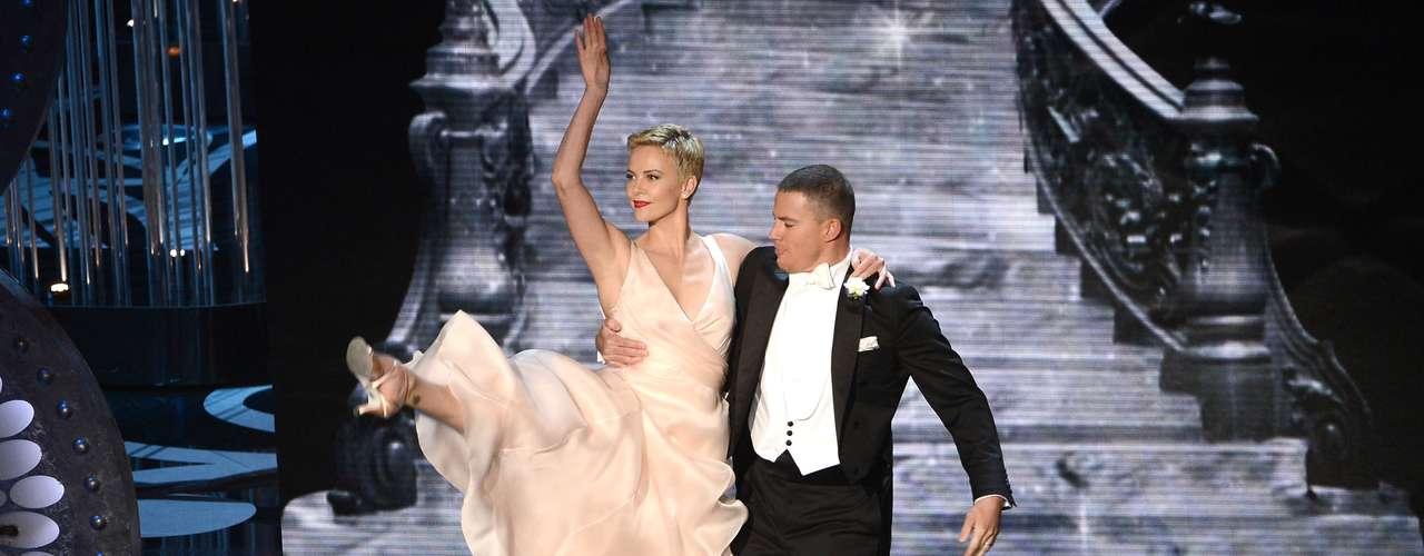 La bellísima actrizCharlize Theron y el actor Channing Tatum, en la apertura de la ceremonia hicieron una coreografía mientras el presentador cantaba un clásico del Oscar.