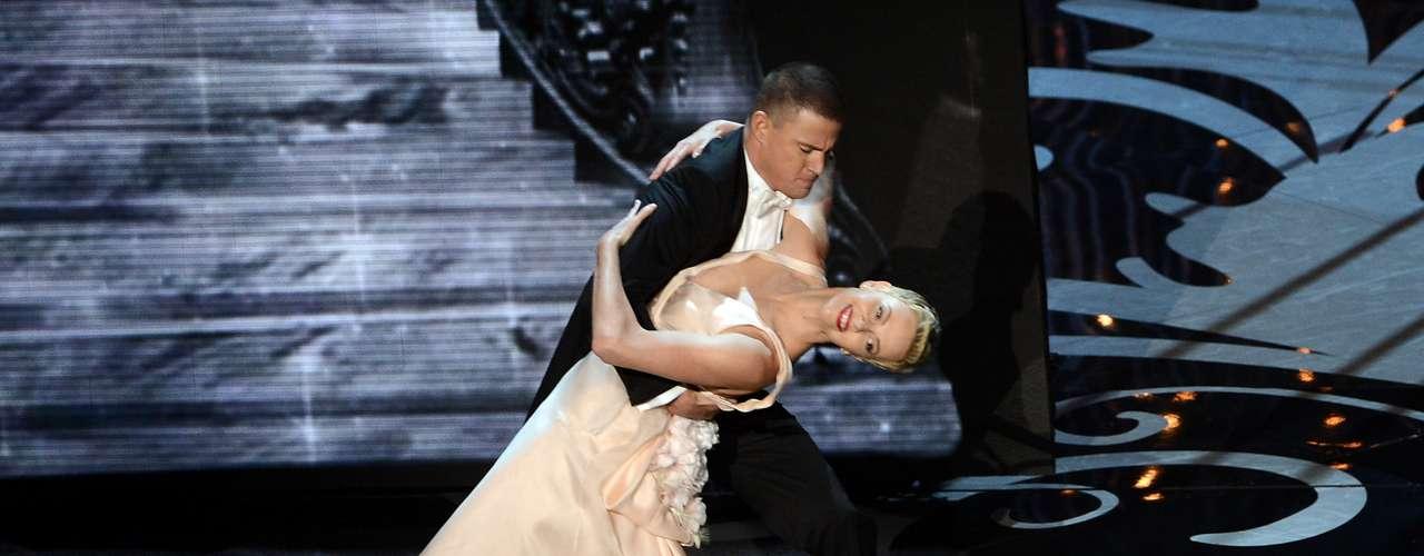 La pareja de reconocidos actores demostró que tienen una química increíble para realizar difíciles pasos de baile.