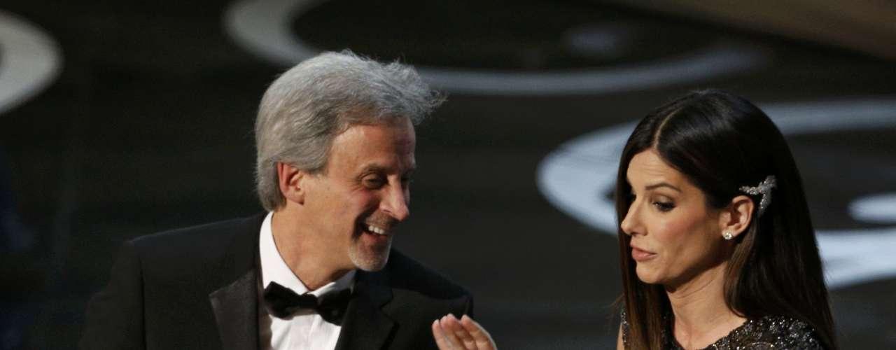 William Goldenberg orgulloso acepta el premio a la Mejor Edición de Película por la excelente película \