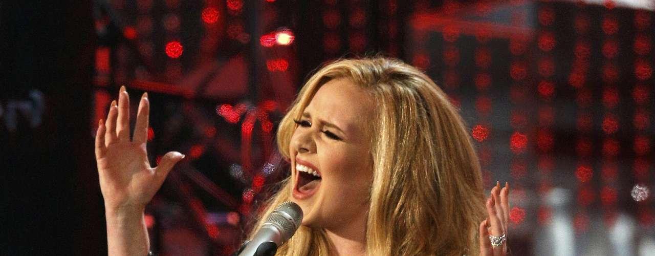 Adele recibió muchos aplausos una vez culminada su participación.