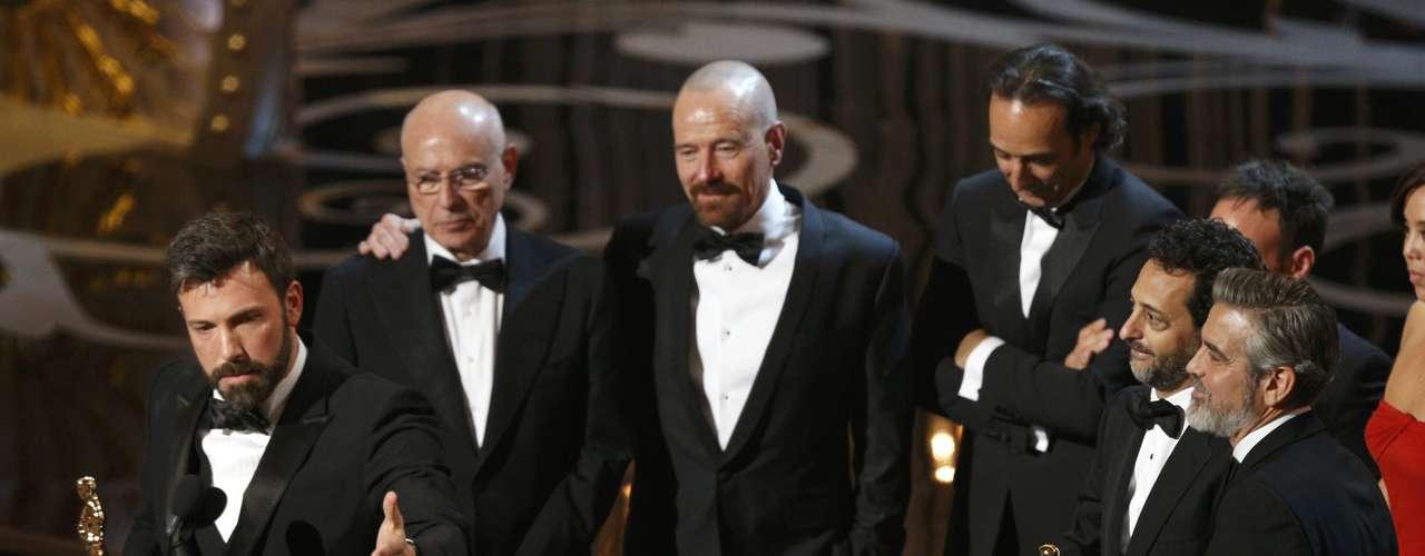 El actor Ben Affleck y los productores Grant Heslov y George Clooney , aceptan el premio a la Mejor Película por \