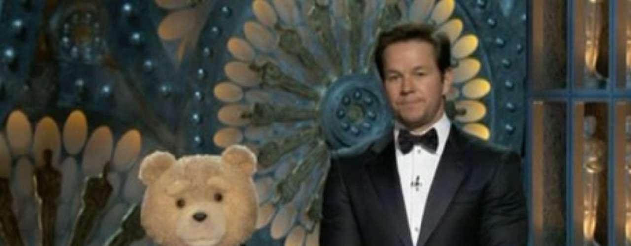 Uno de los momentos más hilarantes de la noche fue cuando Mark Wahlberg y su oso Ted presentaron dos categorías. Lo primero que dijo Ted al ver a Hollywood a sus pies fue: Míralos a todos, pensando con quién se van acostar esta noche.