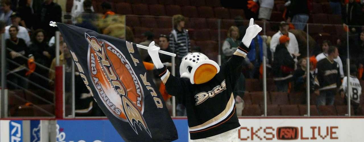 8. Wild Wing: La mascota de los Mighty Ducks se suspendió una vez sobre el hielo durante mucho tiempo cuando un cable no funcionaba, pero su momento más famoso se produjo en la apertura de la temporada de 1995, cuando se suponía que debía saltar de un trampolín sobre una pared de fuego, su patín quedó atrapado, y él no alcanzó a pasar sobre la pared, convirtiéndose en un pato en llamas.