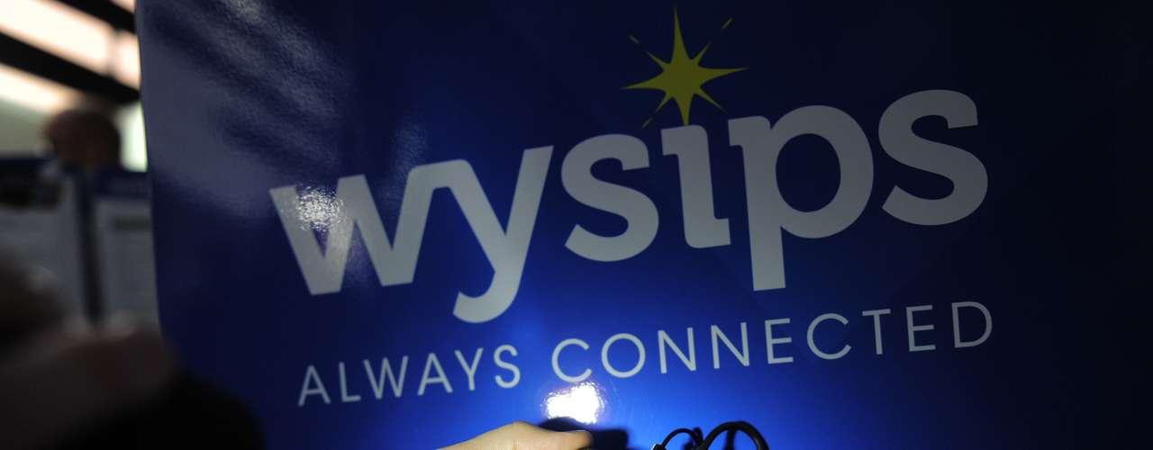 La emergente empresa francesa Wysips presentó los primeros teléfonos inteligentes equipados con una pantalla transparente que capta energía solar para cargar la batería.