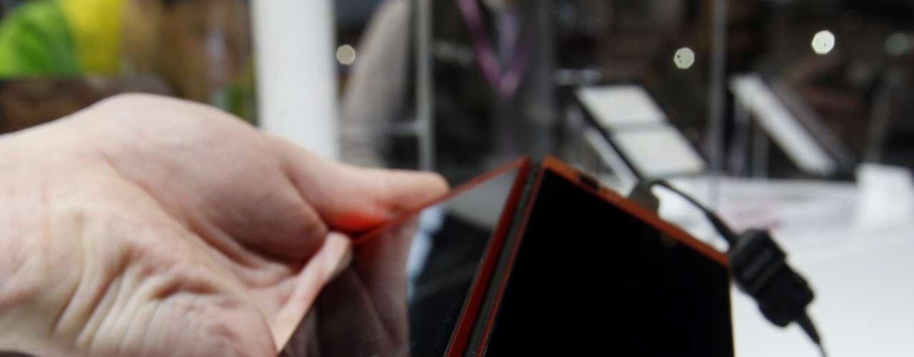 El nuevo teléfono de NEC doble pantalla, que puede ser utilizado con solo una pantalla activa pero la idea es que al desplegar la segunda el teléfono pase de ser de 4,3 pulgadas a ser de 5,6 pulgadas.