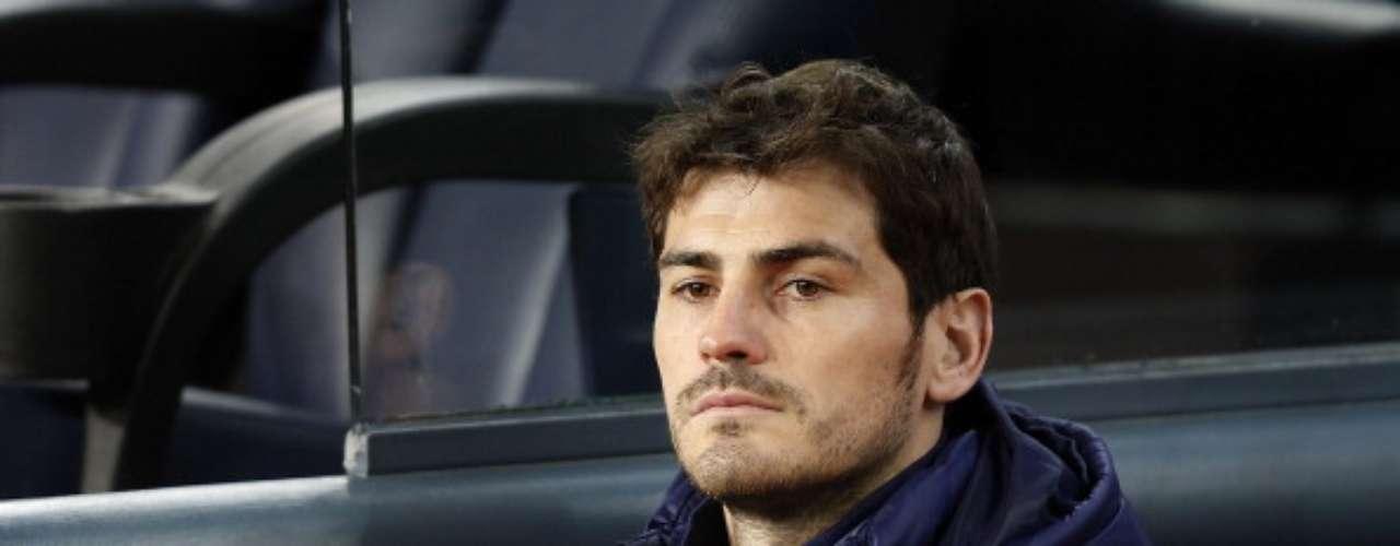 Casillas observa el partido desde el túnel de vestuarios.