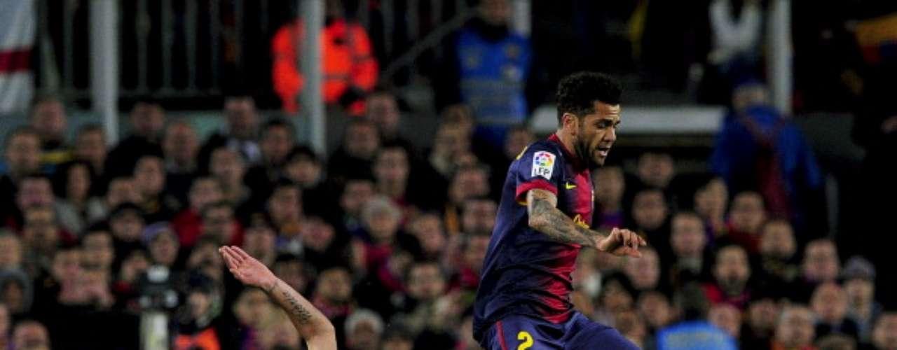 Coentrao y Alves pugnan por un balón.