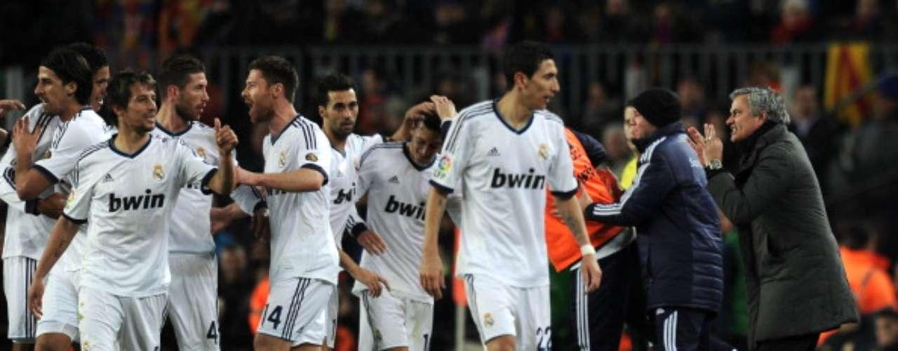 Los jugadores del Real Madrid celebran el tercer gol.