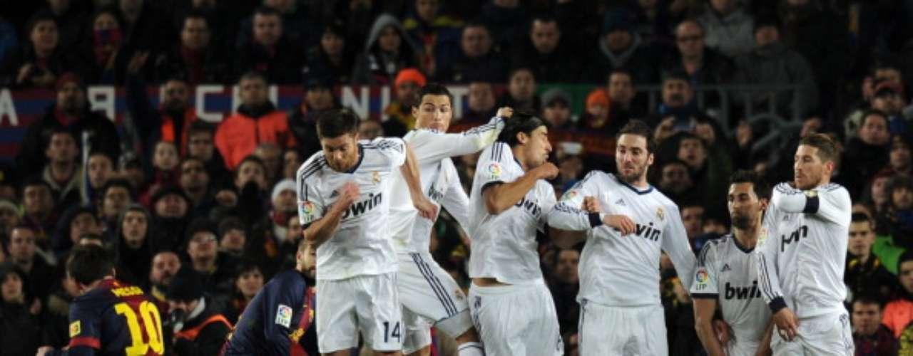 Messi ejecuta un libre directo.