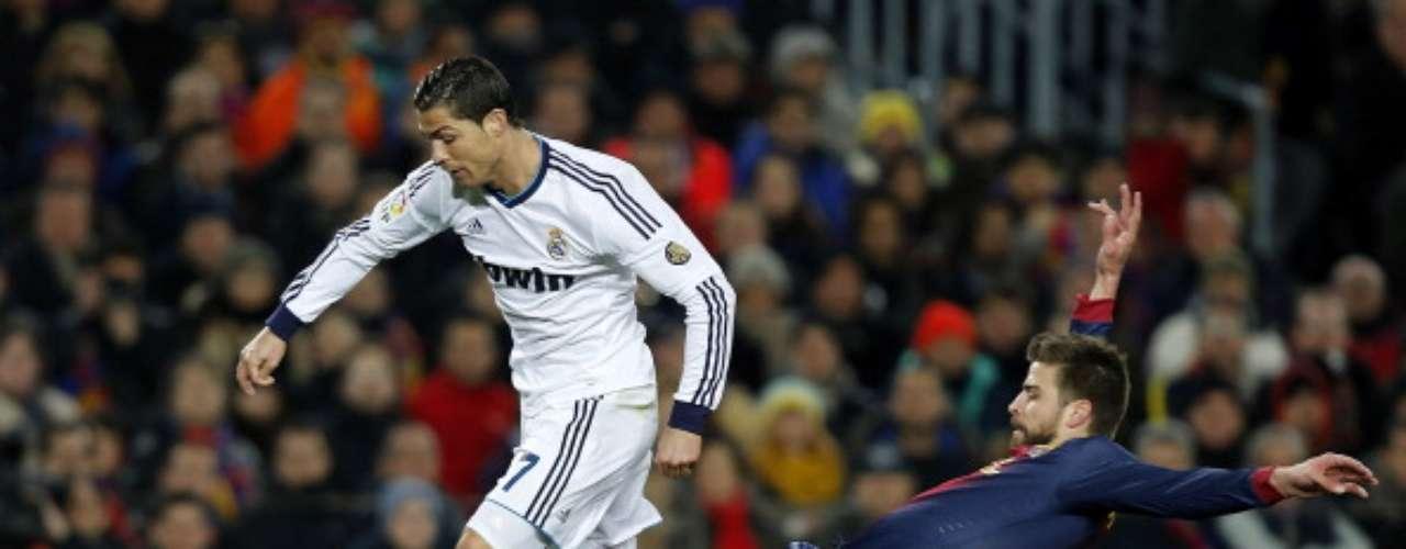 Pique comete penalti sobre Cristiano.