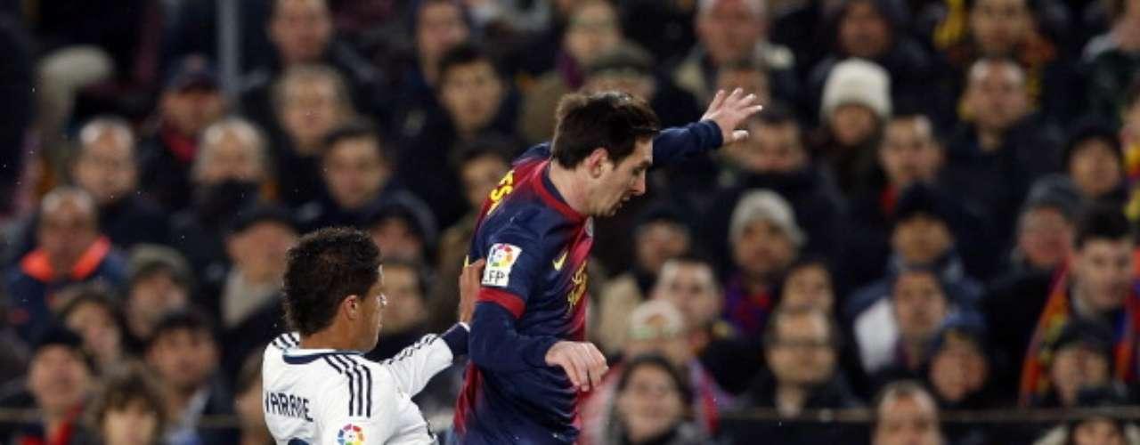 Varane realiza una entrada sobre Messi.