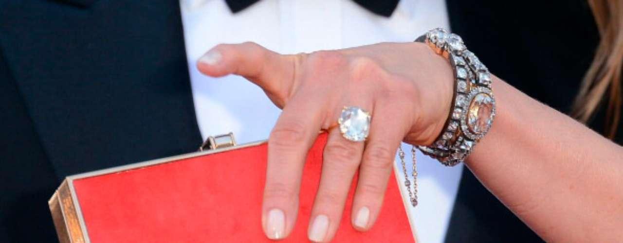 El brillo del anillo gigante de compromiso de Aniston se robó toda la atención de los medios, mientras la actriz lo mostraba orgullosa.