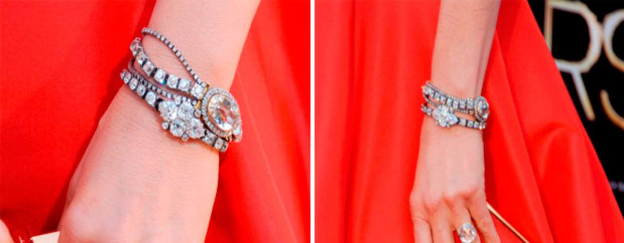 Anistonllevaba joyas Fred Leighton y una clutch de Salvatore Ferragamo.