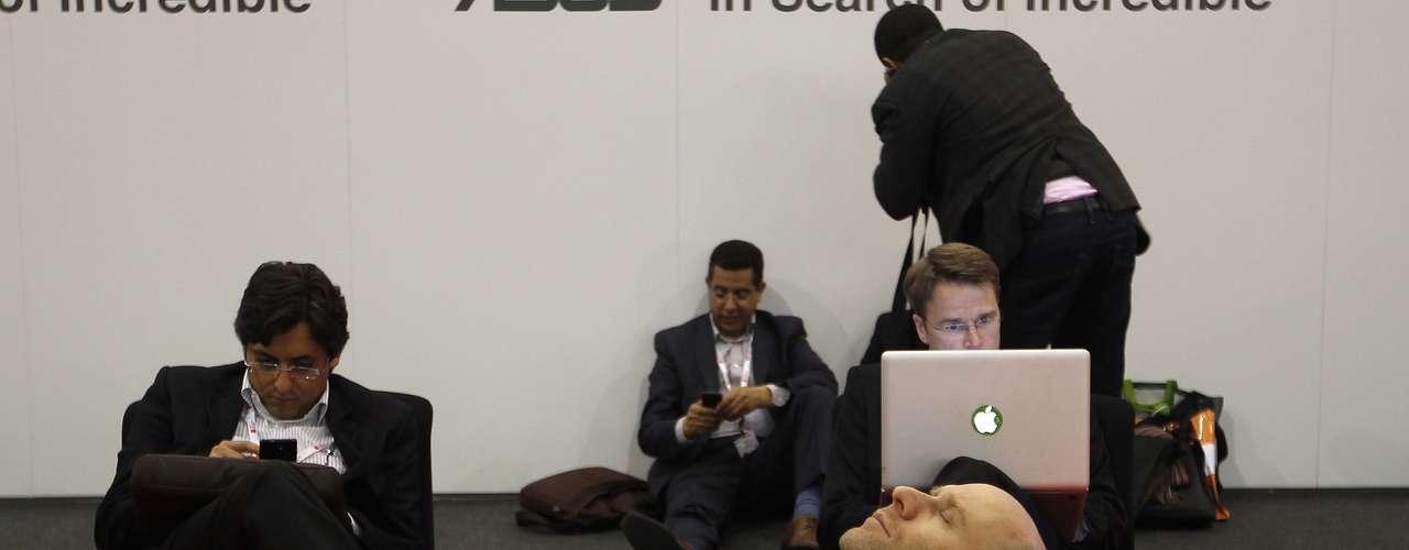 Un visitante descansa durante la segunda jornada del evento. Entre los principales destaques de esta edición se encuentran las presentaciones de ejecutivos de empresas como Telefónica, Nokia, Mozilla, Vodafone, Nielsen, IBM y Dropbox.