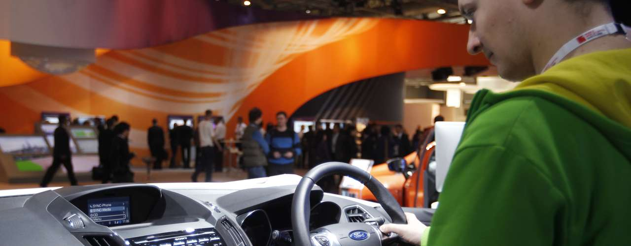 Un hombre prueba el nuevo equipamiento tecnológico del Ford EcoSport durante el MWC, en Barcelona.