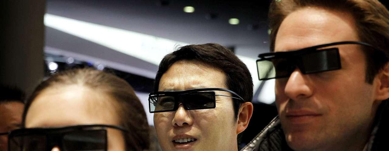 Varios visitantes comprueban el funcionamiento de unas gafas 3D. La asistencia anual del MWC varía generalmente entre 50.000 a 60.000 personas.