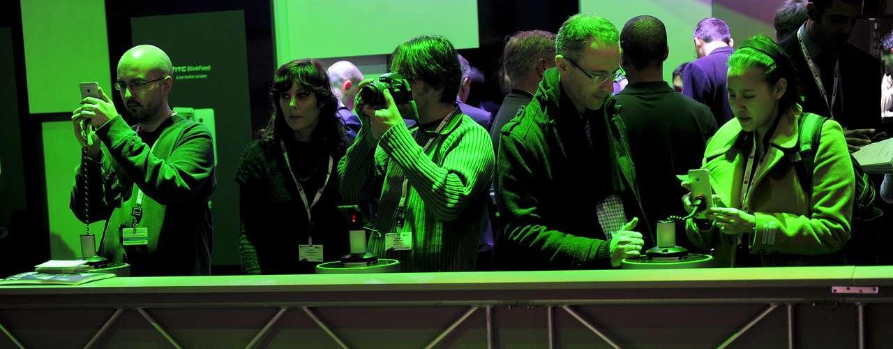Los visitantes chequean los smartphones exhibidos durante el MWC, en Barcelona, la más importante feria del mundo en el área de telefonía móvil.