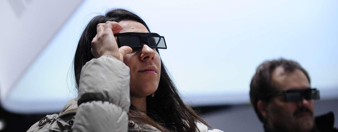 Una mujer prueba un dispositivo 3D de Samsung durante la segunda jornada del MWC, en Barcelona, que recibe el evento desde 2006.