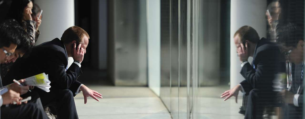 Un hombre habla por teléfono durante el segundo día de la mayor feria de dispositivos móviles del mundo.