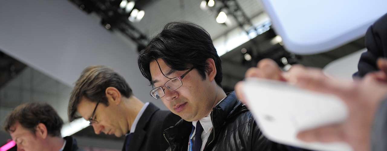 Los visitantes prueban una tableta Galaxy, de Samsung, durante la feria española. Este año se espera que más de 70.000 personas visiten el evento, que tiene 3.500 delegados, más de 1.700 expositores y 90 mil metros cuadrados.